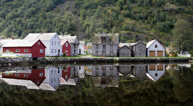 the-mirror-houses-of-laerdal